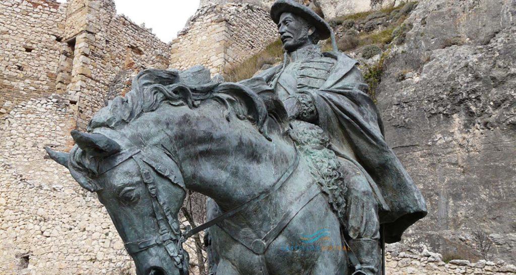 Estatua de Ramon Cabrera en el Castillo de Morella